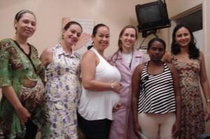 As cinco grávidas e a enfermeira Sabrina... Detalhe: entre os bebÊs, só a Mirela de mulher!!! =)