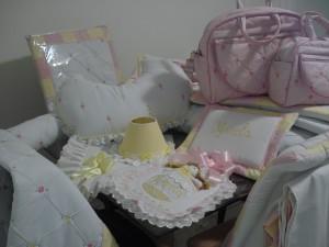 Peças e mais peças da minha princesa Mirela... Mamãe apostou e acertou no cor de rosa com amarelo! Amamos!