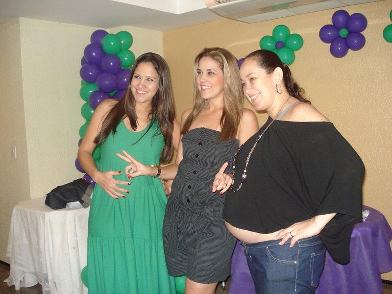 No chá da Flávia, a titia Aline no meio de 3 sobrinhos, dois lá e uma cá!