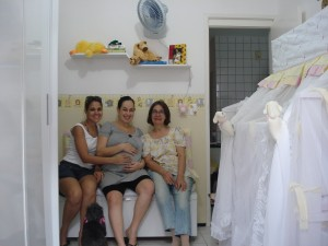 Titia Aline, eu e Vovó Ivanete, cansadas mas felizes com o resultado do quartinho