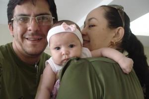 Família feliz na sala de espera da pediatra...