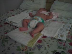 Mirela, dormindo em berço esplendido...seu trocador devidamente colocado em cima da minha cama...