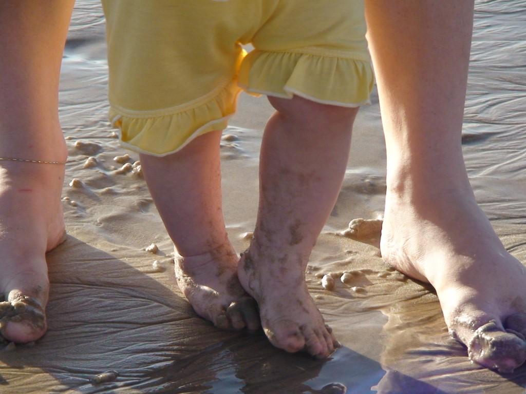 Esses pés tem muita areia pra pisar ainda! Salve a vida, filha! O mar é todo seu, presente de Deus para nós!