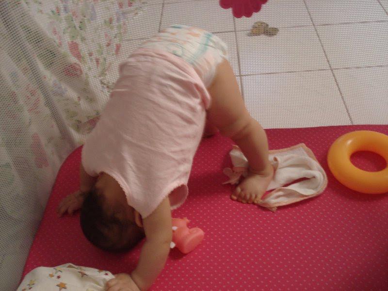 """Dizem que assim ela está """"chamando um irmãozinho""""...eu prefiro achar que é uma simples posição de yoga! kkkkkkkkkkkkk"""